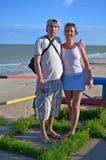 Junger Paarmann und -frau auf dem Strand Lizenzfreies Stockfoto