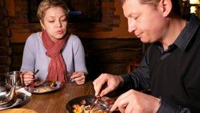 Junger Paarmann und -frau, die Pizza in einem Café isst stock footage