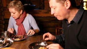 Junger Paarmann und -frau, die Pizza in einem Café isst stock video