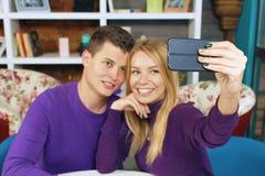 Junger Paarmann und -frau, die selfie tut Stockfotos