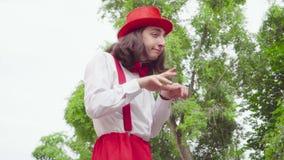 Junger Pantomime ist im Park gekrümmt stock video footage