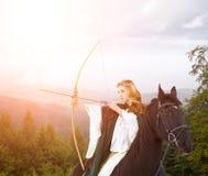 Junger Pferderueckenmädchen-Schießenpfeil vom Bogen Lizenzfreie Stockbilder