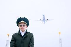 Junger Pilot mit Gläsern und schwarzem Mantel Stockbilder