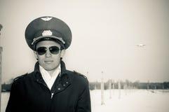Junger Pilot mit Gläsern und schwarzem Mantel, bw Stockfoto