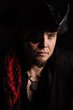 Junger Pirat, der den Abstand untersucht Stockfotos