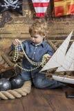 Junger Pirat mit Schatz stockfotos