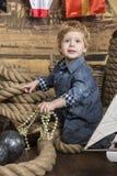 Junger Pirat mit Schatz lizenzfreie stockfotografie
