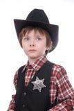 Junger Polizeichefjunge, der ein Marschallabzeichen trägt Stockfotos
