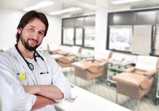 Junger positiver Doktor Lizenzfreie Stockbilder