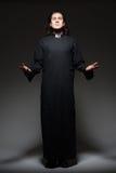 Junger Priester betet Stockbilder