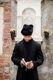 Junger Priester in Venedig lizenzfreies stockfoto