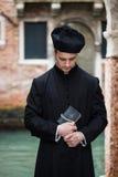 Junger Priester in Venedig stockbild
