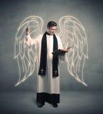 Junger Priester, wenn sein Segen gegeben wird lizenzfreie stockfotos