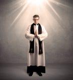 Junger Priester, wenn sein Segen gegeben wird stockbilder
