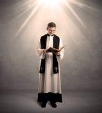 Junger Priester, wenn sein Segen gegeben wird lizenzfreie stockbilder