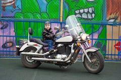 Junger Radfahrer auf einem Motorrad Lizenzfreies Stockbild