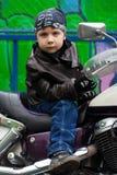 Junger Radfahrer auf einem Motorrad Stockbilder