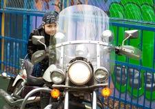 Junger Radfahrer auf einem Motorrad Stockfotografie
