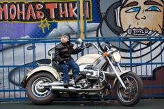 Junger Radfahrer auf einem Motorrad Lizenzfreie Stockbilder
