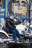 Junger Radfahrer auf einem Motorrad Lizenzfreies Stockfoto