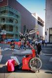 Junger Radfahrer repariert touristisches Dreirad an der Straße Stockbild
