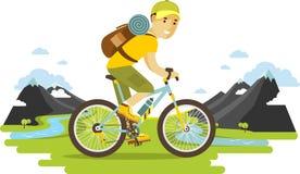 Junger Radfahrermann, der ein Fahrrad auf Gebirgshintergrund reitet Lizenzfreie Stockbilder