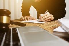 Junger Rechtsanwalt, der schwer allein in seinem Büro arbeitet lizenzfreies stockfoto