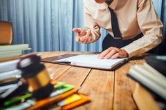 Junger RechtsanwaltGeschäftsmann, der harte Spitzenhilfe sein Kundenesprit bearbeitet stockfotos