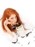 Junger red-haired Mädchen- und Kaffeeschleifer lizenzfreie stockbilder