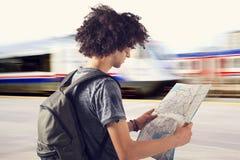 Junger Reisender auf Bahnstation Lizenzfreie Stockbilder
