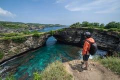 Junger Reisender an defektem Strand auf Insel Nusa Penida lizenzfreies stockfoto