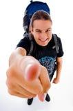 Junger Reisender mit Beutelsatz zeigend auf Kamera Stockbilder