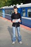 Junger Reisender mit einer Karte Stockfotografie
