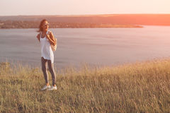 Junger Reisender mit Rucksack Stockfotografie
