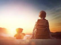 Junger Reisender mit Rucksack lizenzfreies stockfoto