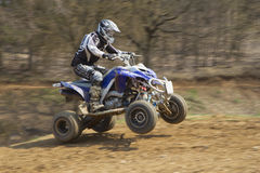 Junger Reiter auf Viererkabelmotorrad Lizenzfreie Stockfotografie