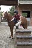 Junger Reiter mit einem Pony und einem Montageblock Lizenzfreie Stockfotografie