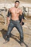 Junger reizvoller Mann in verwüsteter Landschaft Lizenzfreies Stockfoto