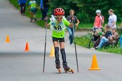 Junger Rollenschlittschuhläufer ist auf der Straße lizenzfreie stockbilder