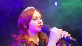 Junger Rothaarigefrauens?nger, der auf Stadium am Mikrofon in einer Rauchwolke singt stock video footage