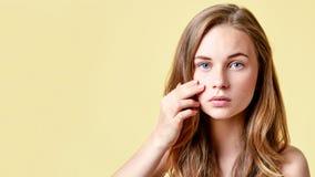 Junger Rothaarigejugendlicher mit Selbst gibt das Schauen in Spiegel heraus Mädchen mit niedriger Selbstachtung ihre Haut überprü stockbilder