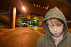 Junger Rowdy nachts Lizenzfreie Stockfotos