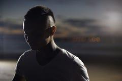 Junger ruhiger Mann, der draußen meditiert lizenzfreies stockfoto