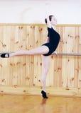 Junger schöner Balletttänzer, der in der Eignungsmitte aufwirft stockfoto