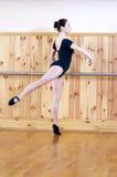 Junger schöner Balletttänzer, der in der Eignungsmitte aufwirft lizenzfreie stockfotos