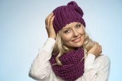 Junger schöner blonder tragender Schal und Winterhut Stockfoto