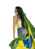 Junger schöner Brasilien-Anhänger, der Brasilien-Flagge hält Lizenzfreie Stockbilder