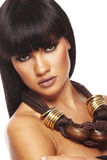 Junger schöner Brunette mit langer Halskette Stockfoto