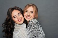 Junger schöner Brunette und blonde behaarte Mädchen Stockfotografie