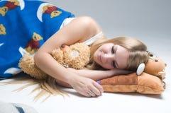 Junger schöner Frauenschlaf Lizenzfreies Stockfoto